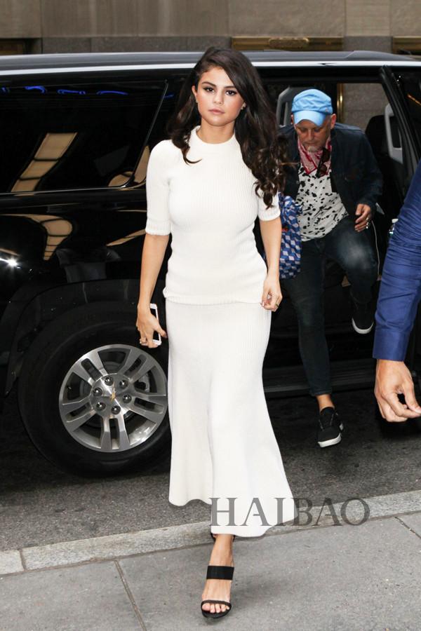 赛琳娜·戈麦斯 (Selena Gomez) 穿针织裙装在纽约外出