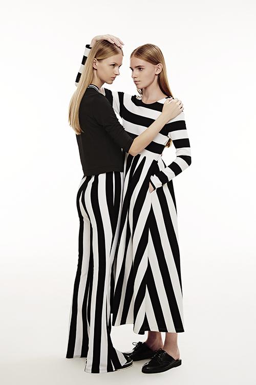 而黑白条纹连衣裙