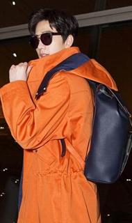 杨洋启程巴黎橙色大衣太帅气