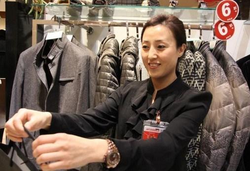 服装导购:服务适度原则上不要过分热情