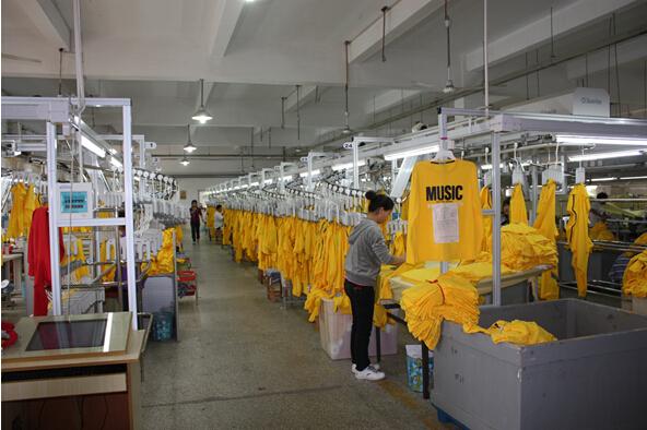 从最初成立发展至今,已与香港晶苑集团、台湾台雅国际、香港永泰集团、雅戈尔、杉杉、罗蒙、山东即发、江苏晨风、苏州华音、广东霞湖世家、富安娜家纺、罗莱、水星、梦洁家纺等国内外众多知名服装企业建立良好的合作伙伴关系,并为各大企业提供信息化生产与智能化管理产品与配套服务,在书藏古今、港通天下的宁波,坐落于风景秀丽的国家5A级风景区蒋氏故居溪口的圣瑞思,究竟是何方神圣?   挑战智造,圣瑞思的独家招牌   2005年,宁波圣瑞思服装机械有限公司成立,正式创建圣瑞思品牌,开始专注从事成衣自动化流水线系