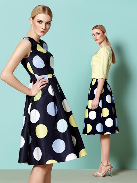 奥伦提将波点填充为白色,蓝色,黄色,搭配黑色底色,充满跳跃感.