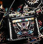 爱炫酷色的Gaga姐换口味背起黑白包包?