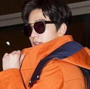 杨洋深夜启程巴黎男装周 橙色大衣太帅气!