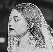 做个传统新娘不无聊吗?试试乌黑嘴唇和五彩婚纱