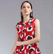 依美偌:花色连衣裙 成就时尚女王
