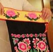 组图|羌族唯一全国人大代表王安兰展示民族服装