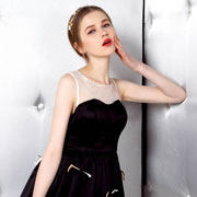 悠媤莉黑色连衣裙夏天搭配起来竟如此美丽