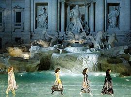 Fendi高定大秀把罗马许愿池变成T台 画风梦幻