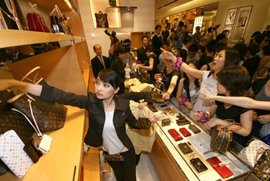 购买奢侈品仍是中国游客出行重点 LV最受欢迎