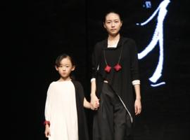 新锐设计师魏婷婷/胡丹妮发布时装秀 阐述时光印记