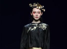 榄核香云纱首次亮相梅赛德斯-奔驰中国国际时装周