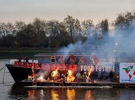 """伦敦才庆祝庞克四十周年 西太后却""""火烧庞克船"""""""