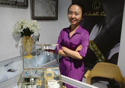 刘蔓出生于中国武汉,在英国伯明翰城市大学的珠宝设计学院取得珠宝