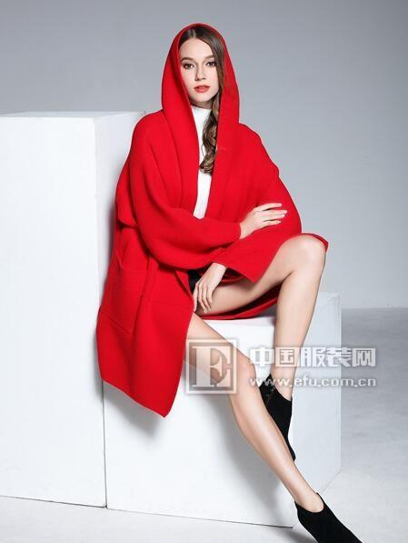 彤欣格冬装搭配:红色毛呢大衣+白色高领毛衣!