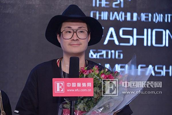 韩国设计师徐汇辰以花作为基础元素加入穆斯林的终端元素,用服装传达