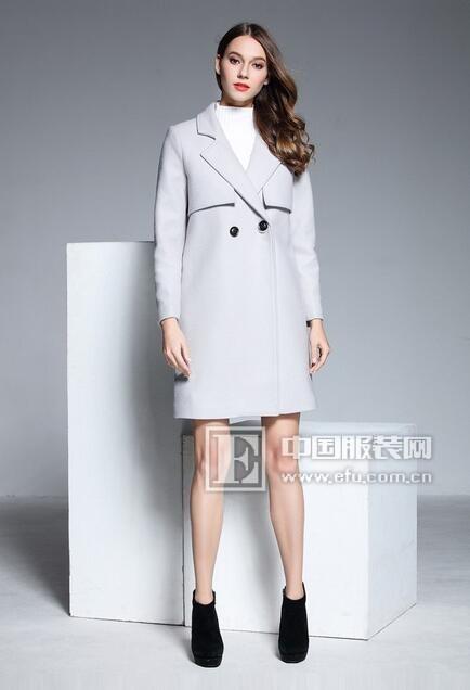 彤欣格搭配新主张:呢大衣+毛衣!