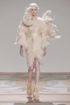 艾里斯·范·荷本女装42027款