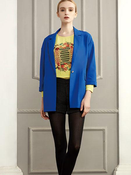 你将会被众多的冬装新品深深的吸 不同的款式与色彩的衣服在陈列师