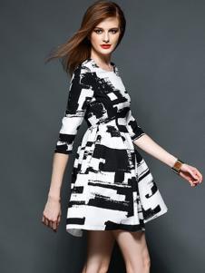 曼言黑白拼色连衣裙