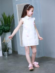 倾心果纯白带领连衣裙