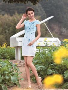 与凤齐美蓝白色印花旗袍