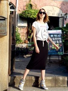 依袖黑色长裙