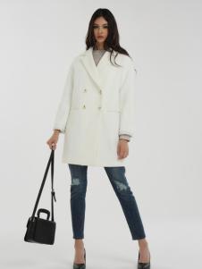 一本衣物白色大衣