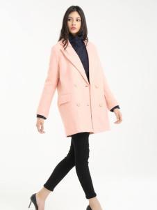 一本衣物宽粉色毛呢外套