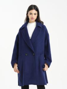一本衣物蓝色宽松大衣