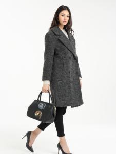 一本衣物灰色大衣