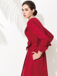 允硕红色大衣