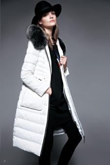 鸢娜尔白色长款毛领羽绒服
