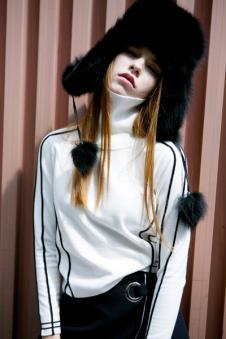 衣香丽影白色条纹高领毛衣
