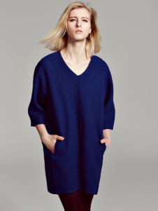 蓝色V领针织毛衣