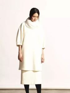 柯妮丝麗白色长款针织打底衫