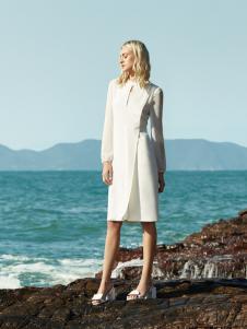可姿伊白色时尚连衣裙