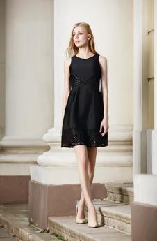 伊果女装黑色收腰连衣裙
