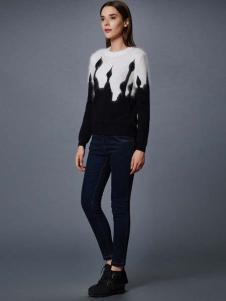 艾诺丝·雅诗女装秋冬新品黑白拼接针织衫