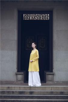 EDISA伊缔莎2017年春夏新品始悟形色系列黄色绸缎上衣