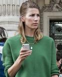巴黎时装周街头 演绎百搭毛衣风潮