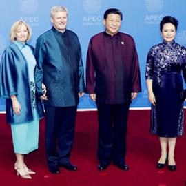 """APEC""""全家福""""曝光 盘点身穿新中装的""""太太""""们"""