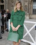 欧美女明星拿路易·威登Alma系列炫色包包