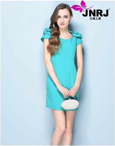 江南人家演绎时装的简洁明快,成为女装时尚典范,极致服饰倾倒众生