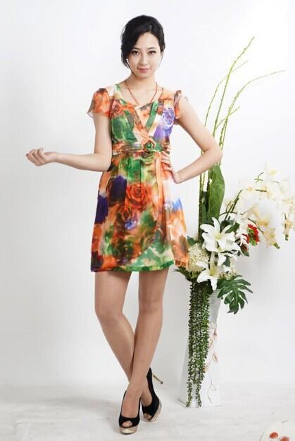 """""""西子丝典""""是一家现代化专业的品牌折扣女装公司以品牌经营为核心,认真执着"""