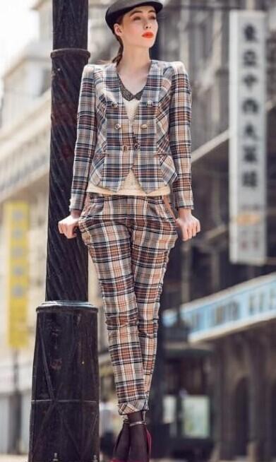 【西子丝典】折扣女装是一家专业从事中高低档品牌折扣的女装批发企业,诚邀加盟