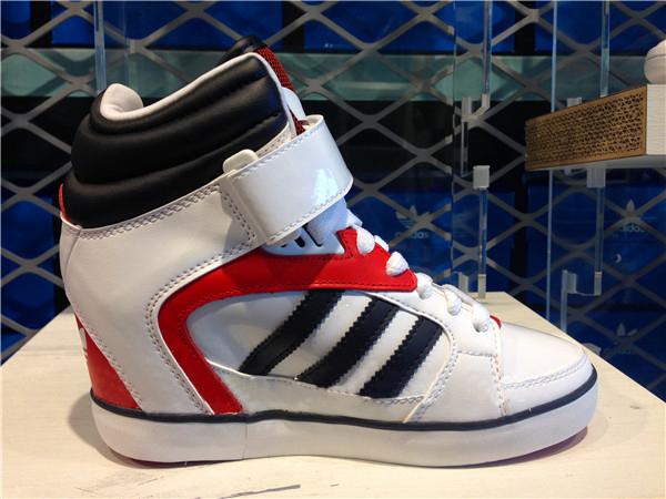 新品运动鞋厂家供应
