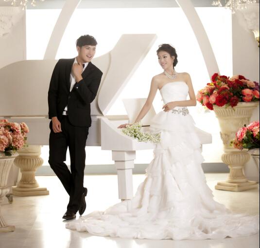 想拍婚纱照吗?自己在家也可以拍哦。济南婚纱出租、礼服出租。